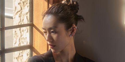 刘雯佩戴 chanel 高级珠宝 comÈte 系列耳环以及 j12 腕表。