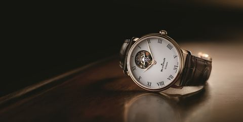 Watch, Analog watch, Still life photography, Watch accessory, Fashion accessory, Photography, Macro photography, Darkness, Material property, Jewellery,
