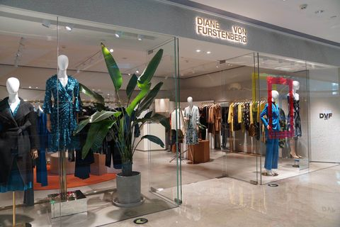 Display window, Boutique, Shopping mall, Building, Retail, Outlet store, Display case, Collection, Glass,