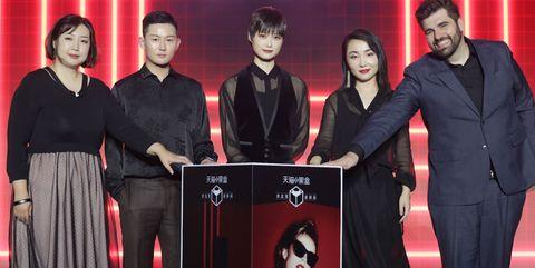 ysl圣罗兰品牌高层与代言人李宇春合影