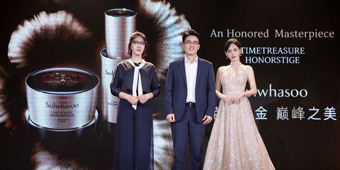 雪花秀品牌高层、优雅大使张嘉倪及芊萃鎏金系列见证者易立竞合影