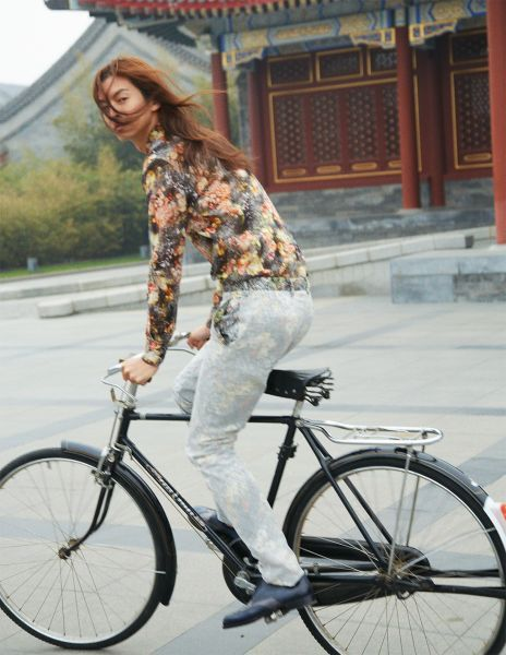 Bicycle, Cycling, Bicycle wheel, Vehicle, Street fashion, Bicycle part, Hybrid bicycle, Fashion, Bicycle saddle, Recreation,