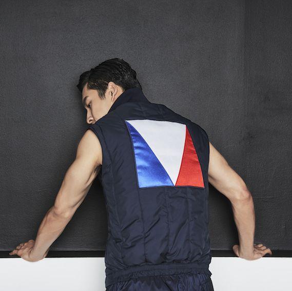 Shoulder, Arm, Fashion, Muscle, Human body, T-shirt, Hand, Sleeveless shirt, Performance,