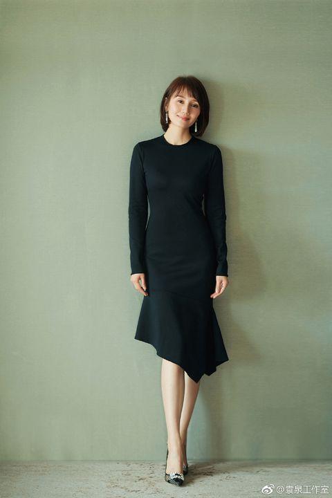 Clothing, Black, Dress, Standing, Little black dress, Fashion, Formal wear, Shoulder, Fashion model, Sleeve,