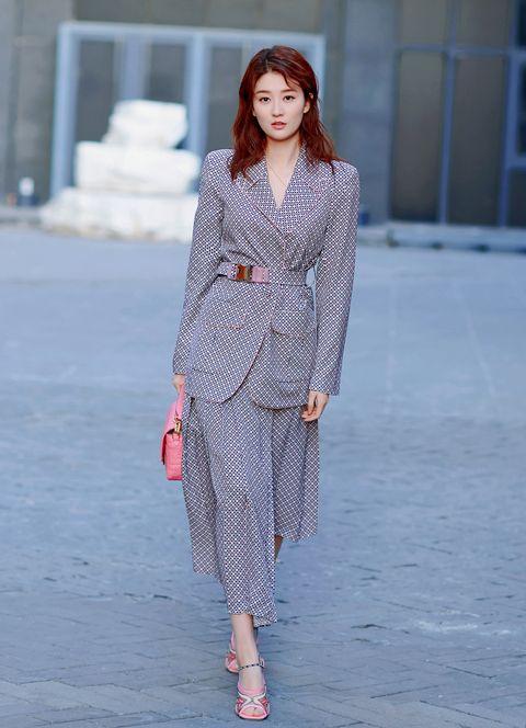 Fashion model, Clothing, Fashion, Fashion show, Runway, Street fashion, Dress, Fashion design, Haute couture, Outerwear,