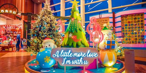 Christmas tree, Party supply, Christmas decoration, Recreation, Amusement park, Christmas eve, Interior design, Games,