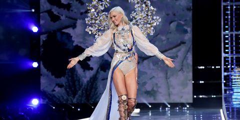 Fashion model, Performance, Fashion show, Fashion, Public event, Event, Performance art, Stage, Runway, Performing arts,