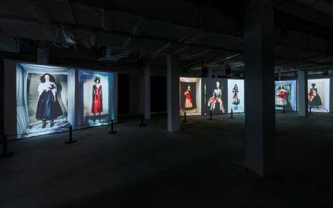 由意大利传奇时尚摄影师paolo roversi为新系列创作的摄影作品,以投影形式呈现于活动现场。