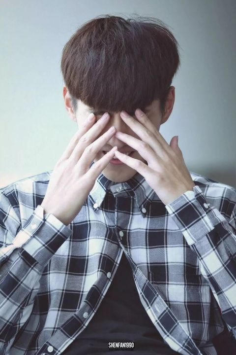Nose, Forehead, Head, Plaid, Neck, Hand, Design, Ear, Pattern, Photography,