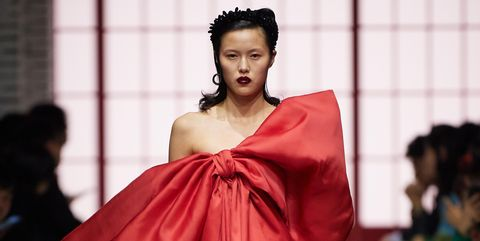 Fashion model, Fashion, Fashion show, Clothing, Runway, Fashion design, Haute couture, Outerwear, Shoulder, Event,